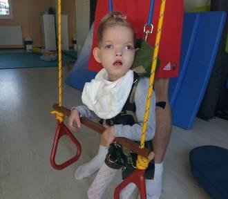 Mała Julka z Malborka dzielnie walczy z ciężką chorobą. Możesz jej pomóc w leczeniu i rehabilitacji