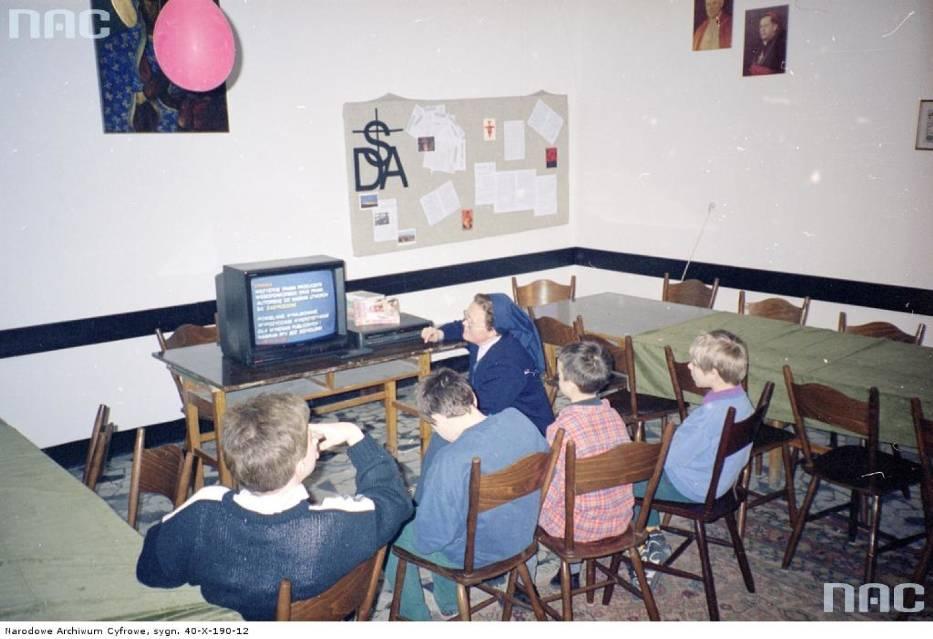 Tak wyglądała Polska lat 90. Pierwsze komputery i kultowe ubrania [ARCHIWALNE ZDJĘCIA]