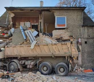 Piława. Samochód ciężarowy wjechał w budynek. [AKTUALIZACJA]