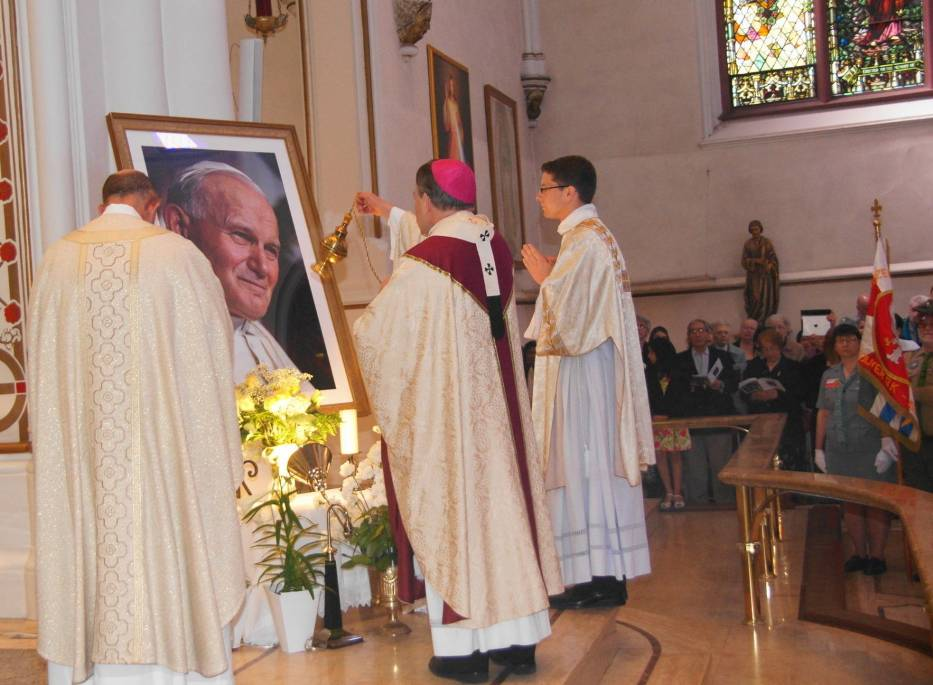 Katedra Vancouver - Arcybiskup John Michael Miller CSB przed wizerunkiem Jana Pawła II
