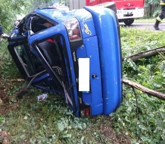 Przyłęk: Auto rozbiło się na drzewach [FOTO]