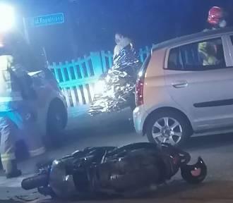Zawiniła kierująca autem, ale to kierowca skutera uciekł. Jedna osoba ranna