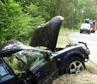 Śmiertelny wypadek na drodze wojewódzkiej. Nie żyją dwie młode osoby