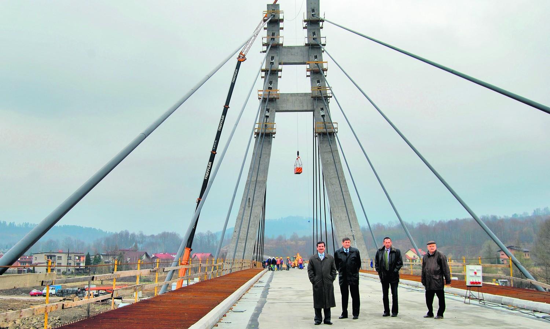 Wójt Józef Gąsiorek (drugi z lewej) oprowadził gości po największej inwestycji w Zembrzycach
