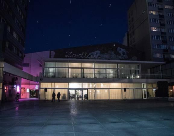 Tegoroczny festiwal WARSZAWA W BUDOWIE odbywa się w Warszawskim Pawilonie Architektury ZODIAK oraz na placu przed budynkiem. Festiwal składa się z trzech równorzędnych elementów: prezentacji pomników na publicznym placu, wystawy w pawilonie Zodiak, a także programu publicznego: debat, warsztatów, oprowadzań oraz dyskusji. Towarzyszy mu również strona internetowa prezentująca badania społeczne zrealizowane w ramach przygotowań do festiwalu oraz długoterminowe analizy autorstwa Zespołu Badania Pomników Szkoły Głównej Gospodarstwa Wiejskiego.  Cały weekend w godz. 11-20 Zodiak Warszawski Pawilon Architektury Pasaż Stefana Wiecheckiego