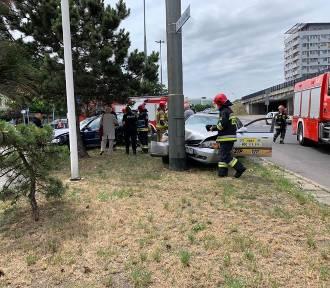 Wypadek na rondzie w Opolu. Taksówka wbiła się w słup