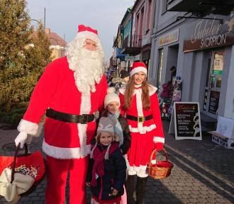 Mikołaj, Śnieżynka i burmistrz rozdawali prezenty na ulicach Jędrzejowa (DUŻO ZDJĘĆ)