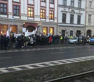 Protest w obronie lekarki, która twierdzi, że pandemia nie istnieje