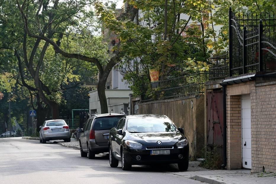 Wezwania do  opłaty za parkowanie znajdują mieszkańcy gdyńskiej Kamiennej Góry, którzy parkują na wjazdach do własnych posesji lub garaży