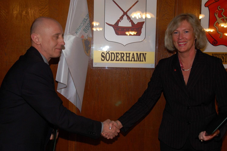Eva Tjernström, burmistrz szwedzkiego Söderhamn, w roku 2012 podpisała z burmistrzem Jerzym Hardie-Douglasem umowę o współpracy ze Szczecinkiem
