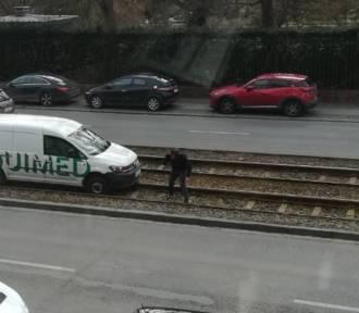 Wrocław. Na ul. Sienkiewicza samochód wjechał na torowisko i blokuje przejazd [ZDJĘCIA]