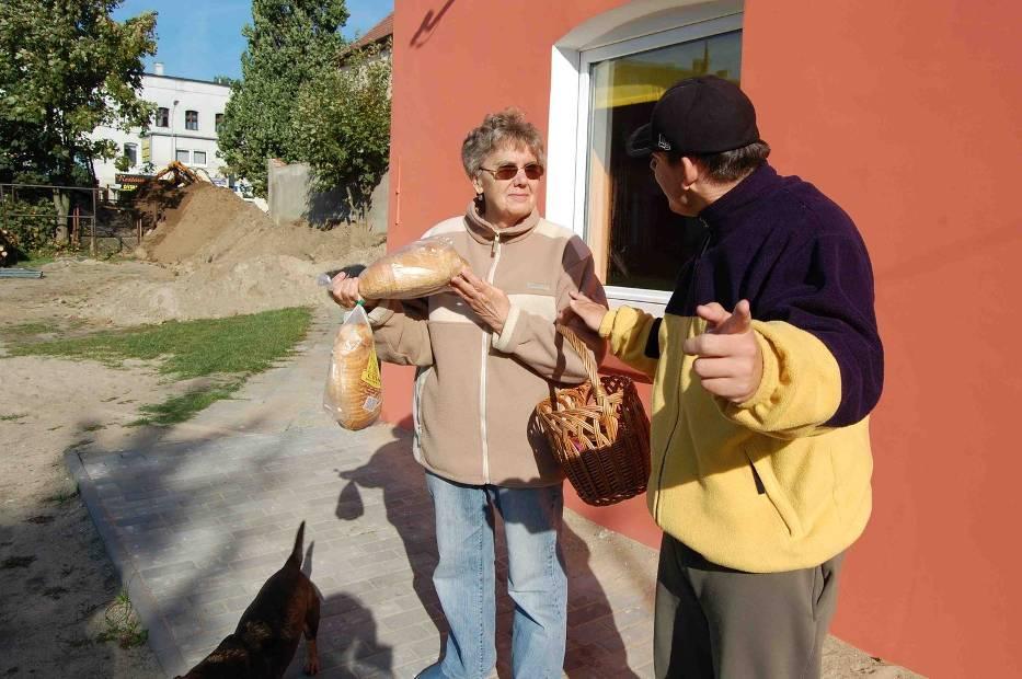 Kierownik robót sam kupił  mieszkańcom chleb - na zgodę