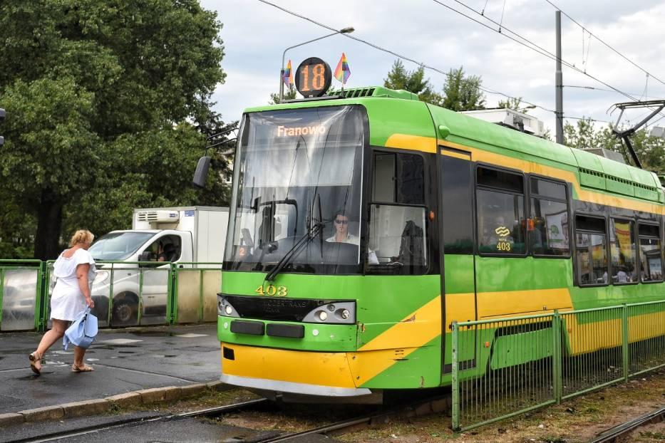 W piątek na poznańskich tramwajach pojawiły się tęczowe flagi