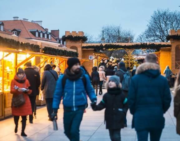 Święta coraz bliżej, a to oznacza, że wystartował jarmark bożonarodzeniowy na Starym Mieście. Jeśli chcecie poczuć atmosferę Bożego Narodzenia, spróbować tradycyjnych potraw, napić się grzańca czy zaopatrzyć w prezenty świąteczne, koniecznie odwiedźcie budki przy Barbakanie. Jarmark potrwa do 6 stycznia  Kiedy: niedziela – czwartek w godzinach 11:00 – 20:00, piątki i soboty w godzinach  11:00 do 21:30 Gdzie: Barbakan  Wydarzenie bezpłatne