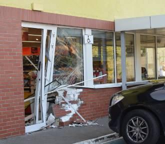 Gniezno. Na ul. Paczkowskiego samochód wjechał w... Biedronkę! [ZDJĘCIA]
