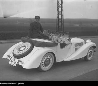 Kultowe samochody na starych zdjęciach: te auta jeździły dawniej po naszych drogach
