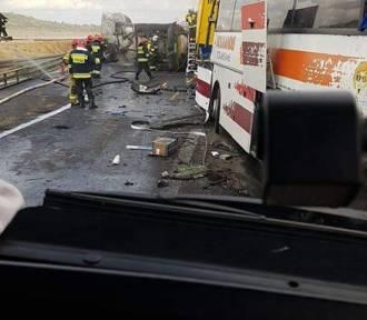 Dramat na DK1. Zderzył się autobus i cysterna. Są ranni