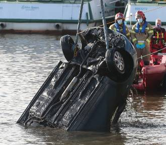Tragiczny wypadek w Szczecinie. Samochód wpadł do rzeki, nie żyje mężczyzna