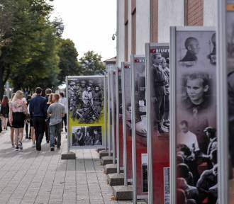 Dwie wystawy przed siedzibą IPN w Gdańsku [zdjęcia]