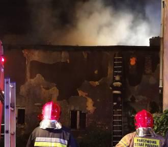 Płonie pustostan przy ul. Kilińskiego w Grudziądzu [zdjęcia, wideo]