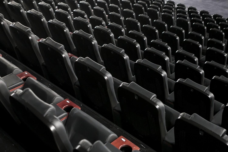 """Za kulisami i nieoficjalnie właściciele największych multipleksów mają nadzieję, że niektóre kina będą mogli otworzyć w lipcu, a nawet w czerwcu, jednak jak zauważa choćby Deadline Hollywood, będący jednym z największych serwisów branżowych na świecie, to raczej pobożne życzenie, mające choć na chwilę """"odczarować złą rzeczywistość, jaką dziś odczuwają w swoich portfelach chyba wszyscy ludzie kina"""""""