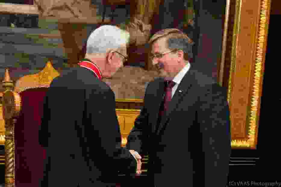 Prezydent Bronisław Komorowski wręcza księdzu Adamowi Bonieckiemu Krzyż Komandorski Orderu Odrodzenia Polski