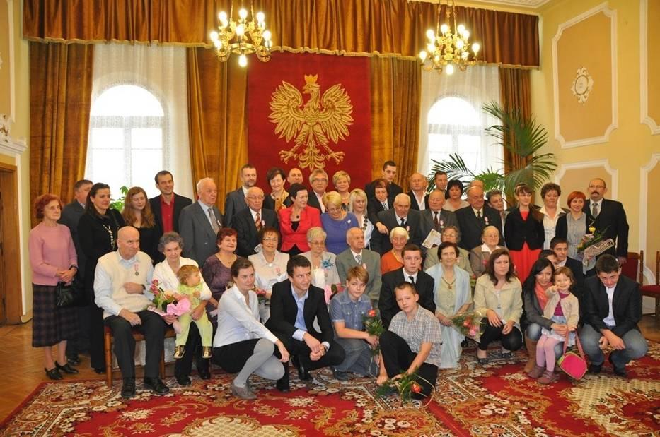 """Siedem par małżeńskich odebrało w Urzędzie Stanu Cywilnego w Radomsku medale prezydenta RP """"Za Długoletnie Pożycie Małżeńskie"""""""