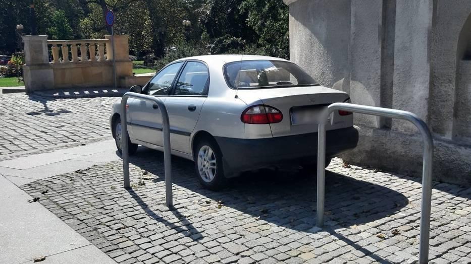 Opolscy kierowcy nierzadko zastawiają trawniki, chodniki, a nawet utrudniają wjazd na miejsce dla osób niepełnosprawnych