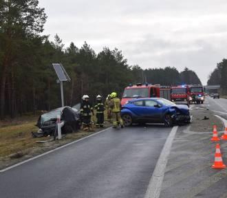 Czołowe zderzenie dwóch toyot na drodze Szczecin - Chociwel. ZDJĘCIA
