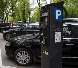 Parkowanie, Warszawa. Zapłacimy za parking bez chodzenia do parkomatu. Jak działa mobiParking?