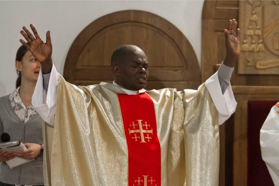 Ojciec Bashobora podczas mszy w Wałbrzychu w czerwcu 2011 roku