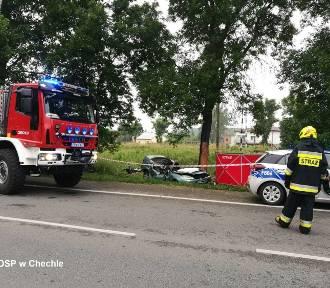 Śmiertelny wypadek pod Pabianicami. Auto uderzyło w drzewo