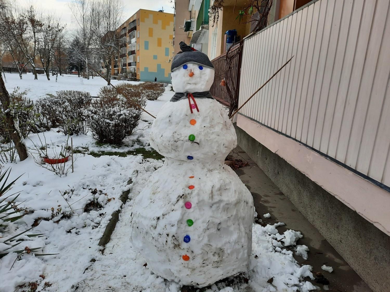 Zima, zima, zima... na ostrowieckich osiedlach pojawiło się mnóstwo śniegowych bałwanów (ZDJĘCIA)