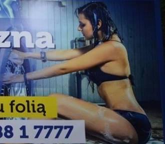 Skąpo ubrana kobieta reklamuje myjnię w Zabrzu. Sprawą zajęła się Komisja Etyki Reklamy