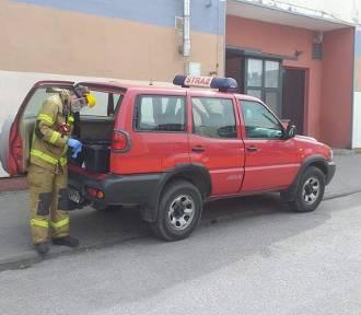 Strażacy dostarczają żywność osobom objętym kwarantanną