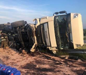 Kierowca tira zasnął, ciężarówka przewróciła się [ZDJĘCIA]. Autostrada A1 za Częstochową zablokowana,