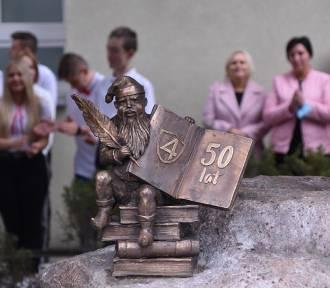 """50 urodziny śremskiej """"czwórki"""", czyli życzenia, gratulacje, wyróżnienia i tort!"""