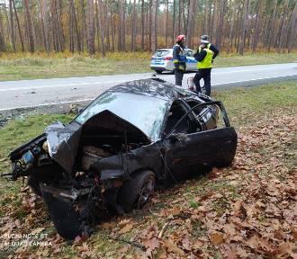 Audi dachowało na DK 73. Z pojazdu wypadł silnik [ZDJĘCIA]