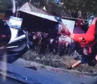 """Motocyklista """"przeleciał"""" nad maską auta. To poszukiwany przez niemieckie służby"""