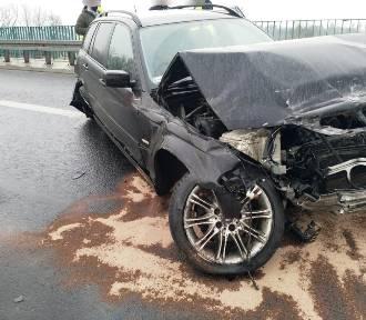 Balice. Rozbite BMW na autostradzie. Samochód uderzył w bariery na A4