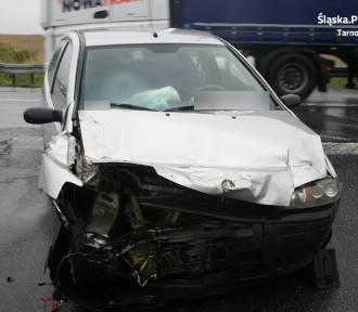 W Boniowicach zderzyły się dwie osobówki. Ranna jest pasażerka ZDJĘCIA