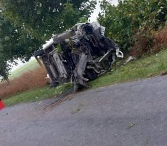 Auto rozbiło się na drzewie. Jedna osoba trafiła do szpitala [ZDJĘCIA]