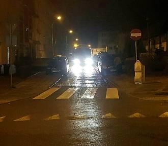 Chamskie parkowanie w Stargardzie nr 152. Opel i audi zatarasowały przejazd śmieciarce