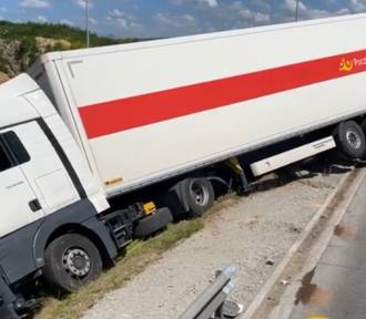 A1 za Częstochową w stronę Katowic zablokowana. Ciężarówka wypadła z drogi