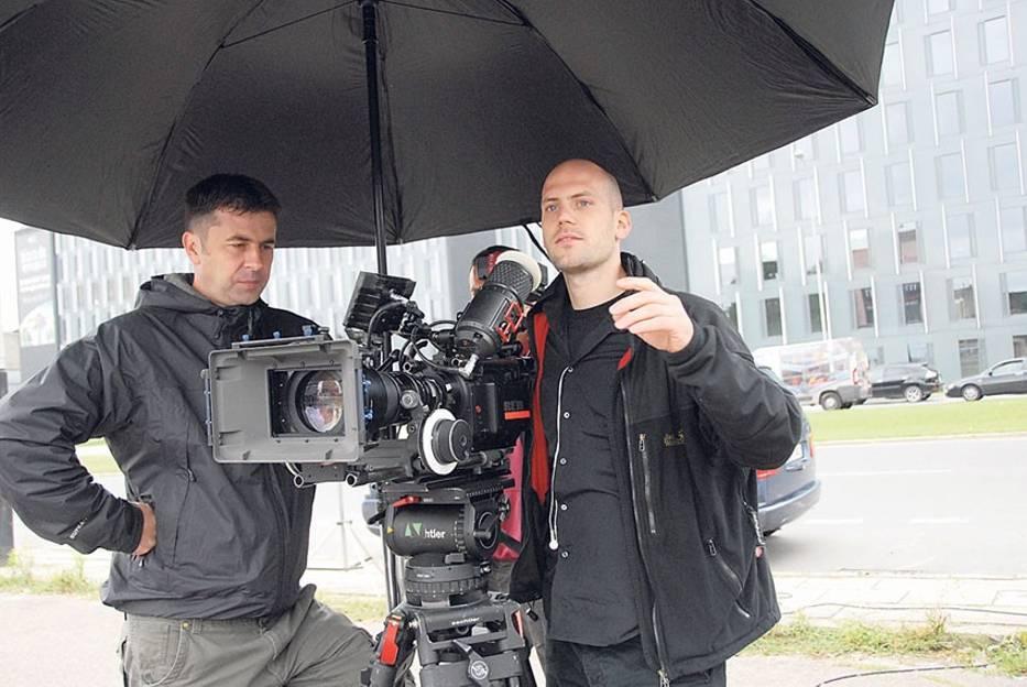 Operatorzy musieli chronić się przed ewentualnymi opadami deszczu pod specjalnym parasolem