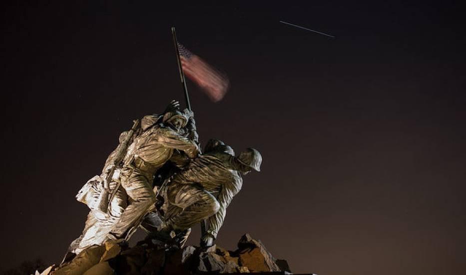 Przelot Międzynarodowej Stacji Kosmicznej widziany obok pomnika Korpusu Piechoty Morskiej znajdującego się na narodowym cmentarzu w Arlington