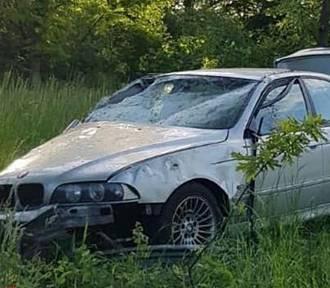Dachowanie BMW niedaleko Stargardu. Kierowca wypadł z auta