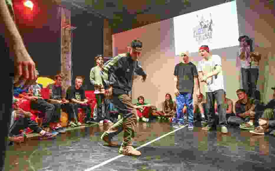 """Zawody zostały zorganizowane przez łódzką grupę taneczną """"Eudezet Skillz"""", która jest w tej chwili jedną z czołowych grup reprezentujących bboying (lepiej znany jako break dance) zarówno w Polsce, jak i na arenie międzynarodowej"""