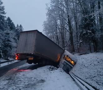 Trudne warunki na drogach. Ciężarówka w rowie (zdjęcia)