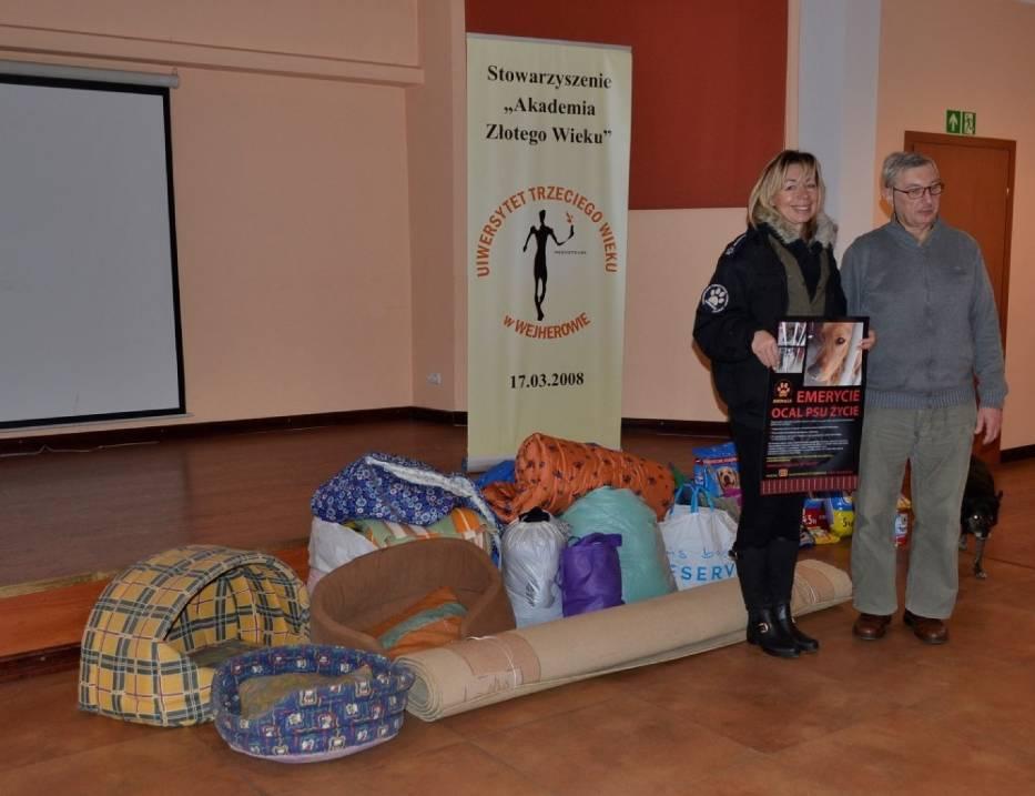 Studenci UTW w Wejherowie dary dla schroniska w Dąbrówce